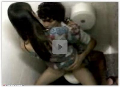 Casal novinho trasando no banheiro do shopping