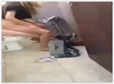 Flagrante da novinha fudendo no banheiro do shopping