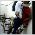 Passando a mão na buceta da novinha na escola