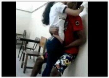 Socando fundo a pica grossa no cu da esposa na webcam - 2 6