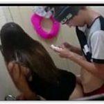 Novinha fudendo com moleque no banheiro da escola