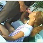 Novinha tímida fudendo com coroa tarado