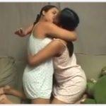 Primas novinhas se beijando no sofá