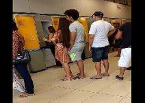 Novinha passando a bunda no pau do namorado na fila do banco