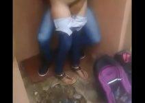 Novinha dando rapidinha no fundo da escola