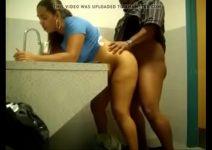 Comendo a vendedora no banheiro do shopping