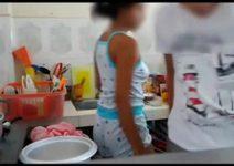 Vídeo porno de incesto entre irmãos comeu a irmã na cozinha