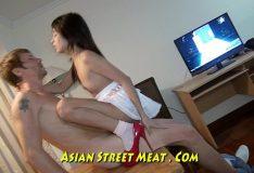 Asiática novinha sofrendo na pica
