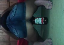 Novinha viciada sentando na garrafa