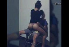 Novinha putinha rebolando na pica do namorado
