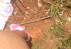 Novinha dando a buceta de quatro no mato