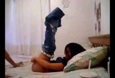 Novinha abrindo as pernas pra receber vara
