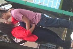Novinha batendo punheta no namorado em praça publica