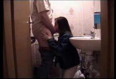 Gozando na boca da enteada no banheiro