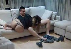 Novinha sentando no colo do namorado em casa