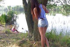 Novinha gravando a colega fudendo na beira do rio