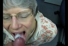 Velha fazendo boquete no empregado e engoliu a porra