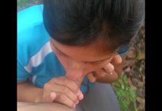 Índia novinha do Amazonas fazendo boquete no mato