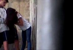 Novinha fazendo boquete na namorado na rua