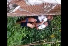 Novinha dando pro novinho no matagal