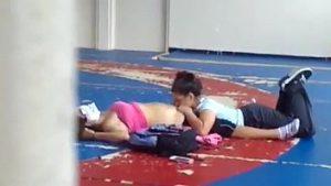 Novinhas lesbiscas se chupando na quadra da escola