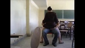 Professora sentando na vara do aluno em plena sala de aula no RJ