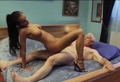 Netinha tarada abusa sentando na pica do avô