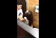 Novinha pagando boquete no banheiro da balada